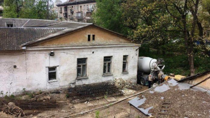 Уночі під прикриттям тітушок у Києві бульдозером знесли історичну садибу