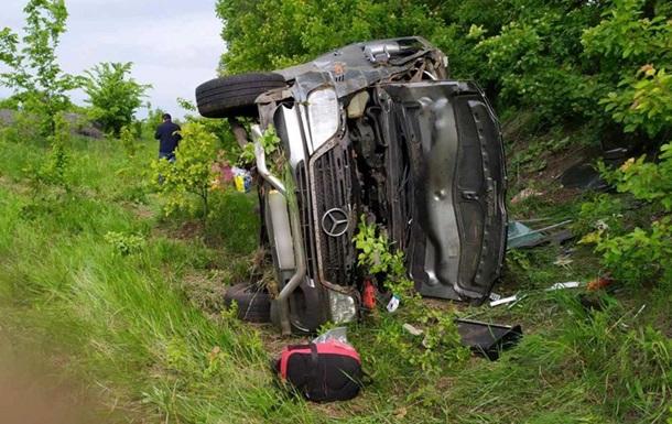 На харьковской трассе микроавтобус снесло в кювет