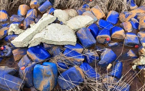Тысячи канистр с неизвестным веществом выбросили в реку под Киевом