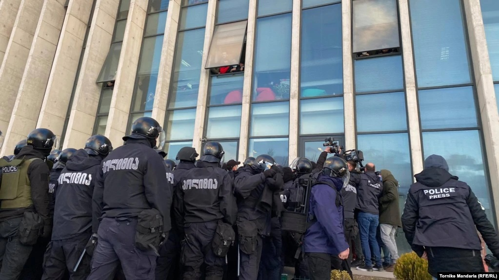 В Грузии штурмом взяли офис оппозиционной партии и задержали ее лидера: все подробности