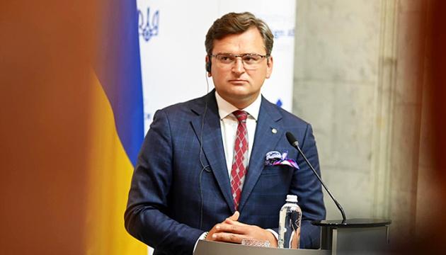 Зеленський у Парижі не поступиться жодною принциповою позицією України – Кулеба